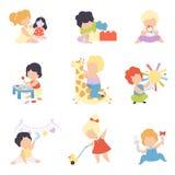 Gulliga små ungar som spelar med leksaker, ställde in, litet barnpojkar och flickor som spelar med dockan, kvarter, välfylld leks royaltyfri illustrationer