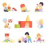 Gulliga små ungar som spelar med leksaker, ställer in, litet barnpojkar, och flickor som spelar med pyramiden, kvarter, bilen, so royaltyfri illustrationer