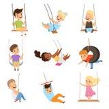 Gulliga små ungar som svänger på repgungor, pojkar och flickor som har den roliga utomhus- vektorillustrationen på en vit bakgrun vektor illustrationer
