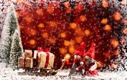 Gulliga små Xmas-dockor som shoppar på julhelgdagsafton arkivbilder