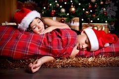 Gulliga små barn som väntar på julklappar Royaltyfria Foton