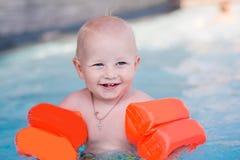 Gulliga små behandla som ett barn i simbassäng Fotografering för Bildbyråer