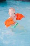 Gulliga små behandla som ett barn i simbassäng Royaltyfri Bild