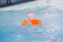 Gulliga små behandla som ett barn i simbassäng Royaltyfri Fotografi