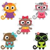 Gulliga små kattflickor som bär klänningar Arkivfoto