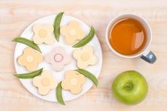 Gulliga smörgåsar för ungar i en form av blommor Royaltyfria Foton