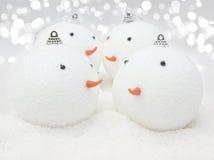 Gulliga snögubbestruntsaker i snö Royaltyfri Foto