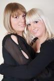 gulliga systrar för blond brunett Fotografering för Bildbyråer