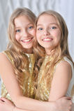 gulliga systrar kopplar samman Royaltyfri Fotografi