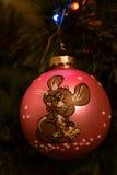 Gulliga tappningleksaker - mouses som sitter på den röda bollen Arkivbild