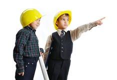 gulliga teknikerer isolerade ungar little leka toget royaltyfria bilder