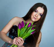 gulliga unga blommakvinnor Royaltyfria Foton