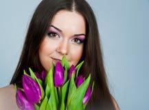 gulliga unga blommakvinnor Royaltyfria Bilder