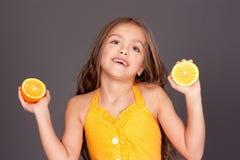 gulliga unga flickaapelsiner Royaltyfria Bilder