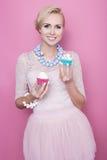 Gulliga unga kvinnor rymmer färgrika sötsaker soft för fält för färgpildjup grund Royaltyfri Bild
