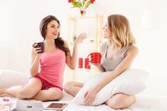 Gulliga unga kvinnor som gör pyjamaspartiet arkivbild