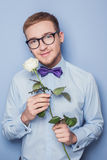 Gulliga unga män med blomman Datum födelsedag, valentin Arkivbild