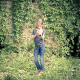 Gulliga unga tonåriga flickahandstiltankar i anteckningsbok Arkivbild