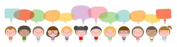 Gulliga ungar med anförandebubblor, uppsättningen av olika ungar och olika nationaliteter med anförandebubblor som isoleras på vi royaltyfri illustrationer