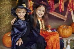 Gulliga ungar som firar det halloween partiet Arkivfoto