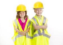 Gulliga ungar som kläs som unga teknikerer Arkivbild