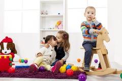 Ungar som leker i rummet Arkivfoton