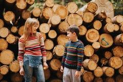 Gulliga ungar som tillsammans spelar i en vårskog Arkivfoton