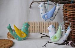 Gulliga vårfåglar, dekorativa leksaker av handwork Målade ägg och blommor royaltyfri bild