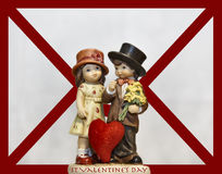 Gulliga valentin smyckar framme av en förälskelsebokstav Arkivfoto
