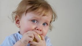 gulligt äta för äpplepojke little lager videofilmer