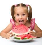 gulligt äta flickan som little går till vattenmelonen arkivbild