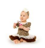 Gulligt 1-årigt behandla som ett barn flickan Arkivfoto