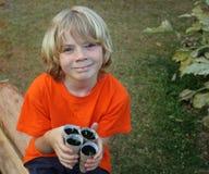 Gulligt arbeta i trädgården för pojke Arkivbilder