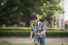 Gulligt asiatiskt barn som spelar i parkera Arkivfoto