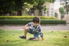 Gulligt asiatiskt barn som spelar i parkera Arkivfoton