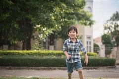 Gulligt asiatiskt barn som spelar i parkera Arkivbilder