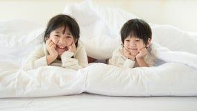 Gulligt asiatiskt ligga för barn Royaltyfri Fotografi