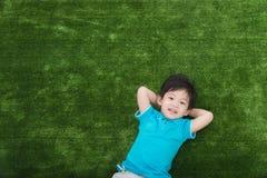 Gulligt asiatiskt ligga för barn Arkivbild