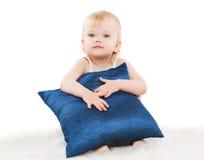 Gulligt barn med en kudde Fotografering för Bildbyråer