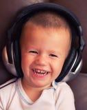 Gulligt barn med headphonen royaltyfri foto
