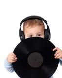 Gulligt barn med musikdisken Arkivfoton
