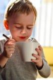 Gulligt barn som dricker te Arkivfoton