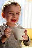 Gulligt barn som dricker te royaltyfri foto