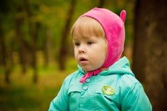 Gulligt barn som går i höstpark Royaltyfri Fotografi