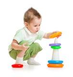 Gulligt barn som leker det färgrika tornet Fotografering för Bildbyråer