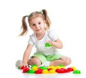 Gulligt barn som leker med mosaiktoyen Royaltyfri Bild