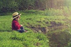 Gulligt barn som spelar vid vattnet Arkivfoton