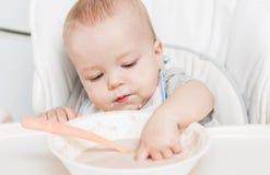 Gulligt behandla som ett barn att äta för pojke Royaltyfri Foto