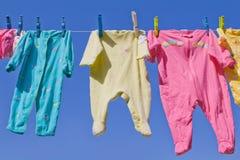 Gulligt behandla som ett barn att hänga för kläder Fotografering för Bildbyråer