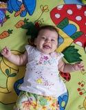 Gulligt behandla som ett barn att le för flicka Fotografering för Bildbyråer